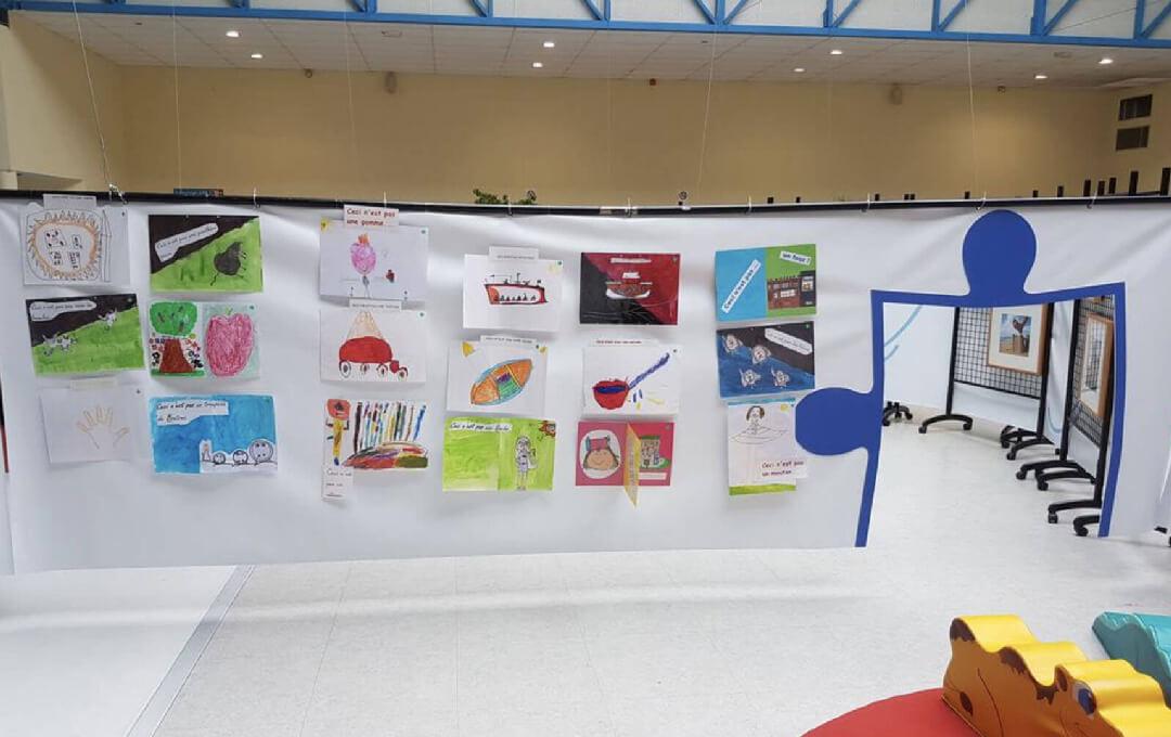 Le festival du livre jeunesse met en avant une littérature d'aujourd'hui, une littérature en marche. L'objectif était d'impliquer les visiteurs dans la lecture, de rencontrer et de partager. Notre scénographie avait pour but d'éveiller la curiosité et l'enthousiasme des visiteurs par le parcours et ses ouvertures. L'espace en ressortait plus animé et créait un effet synergique.